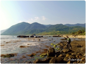 He then asked me to pose on the rocky shore pointing to Timmangtang.